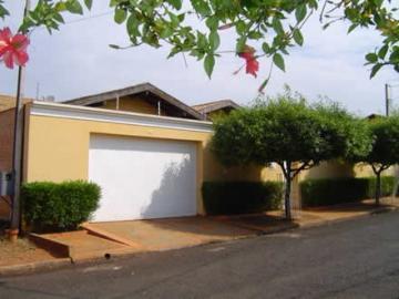 Alugar Casa / Padrão em Barretos. apenas R$ 2.500,00